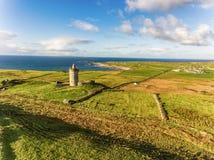 天线著名爱尔兰旅游胜地在Doolin,克莱尔郡,爱尔兰 Doonagore城堡是一座圆的16世纪塔城堡 免版税图库摄影
