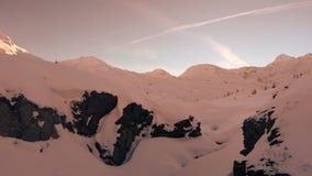 天线通过多雪的冬天峡谷 股票录像