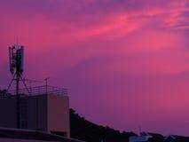 天线,当在紫色天空的日落 免版税库存照片