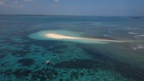 天线:一个小海岛,一个失去的海岛,美丽的天蓝色的水,两的一个海岛,桑给巴尔,马尔代夫 影视素材