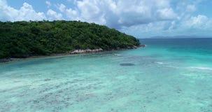 天线:一条孤立longtail小船在海滩站立用绿松石水 股票录像