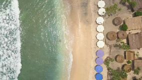 天线:在天堂热带海岛努沙Penida,印度尼西亚的美丽的Atuh海滩 4K海边顶视图 股票录像