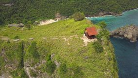 天线:峭壁的小木议院有在Atuh海滩的惊人的看法在努沙Penida,印度尼西亚 4K 影视素材