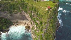 天线:峭壁的小木议院有在Atuh海滩的惊人的看法在努沙Penida,印度尼西亚 4K 股票视频