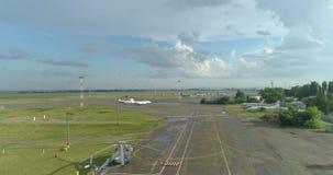 天线:机场,跑道小条 直升机和飞机 影视素材