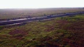 天线:汽油罐车,油拖车,在高速公路的卡车 非常快速驾驶 影视素材