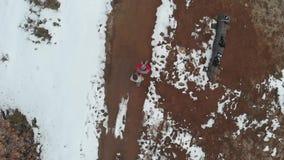 天线:结合走在有雪和树的乡下公路,直接地上面看法,慢动作 影视素材