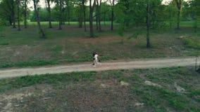 天线:跟踪夫妇的寄生虫跑在乡下平交道口森林公园,室外活动健身福利概念 股票视频