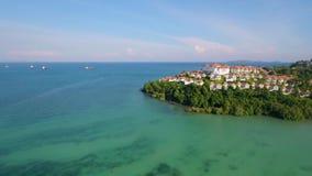 天线:飞行在惊人的绿松石海水盐水湖到豪华旅馆复合体 空中HD视图 普吉岛泰国 股票视频
