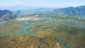 天线survay河和城市Dalyan,土耳其 流动入爱琴海的河和地中海 股票视频