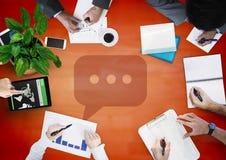 天花板与红色木盘区和讲话泡影图表的企业队 免版税图库摄影