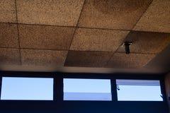 天花板和窗口在被放弃的商业中心里面在特内里费岛,加那利群岛,西班牙-图象 免版税库存照片