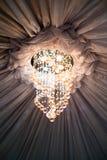 天花板在中心区域附近装饰和闪耀的枝形吊灯 免版税库存照片
