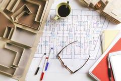 天花板大厦模型和在建筑的起草的工具计划。 免版税库存图片