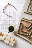 天花板大厦模型和在建筑的起草的工具计划。 免版税库存照片