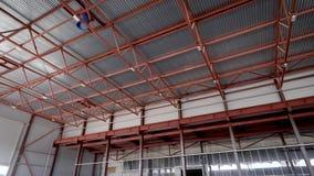 天花板工业飞机棚或仓库 高顶,严肃的金属建筑 ?? 影视素材