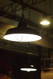天花板灯在工业顶楼样式的光系统 免版税图库摄影