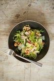 天花板用餐在碗的叉子清淡的菜沙拉 免版税图库摄影