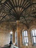 天花板的照片在入口的对牛津大学的牛津大学基督堂学院学院的大厅 库存图片