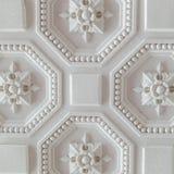 天花板的白色几何装饰样式背景的,正方形 免版税库存图片