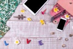 天花板精华在时尚博客作者反对 时尚Python snakeskin提包、词& x22顶视图; 爱 库存照片