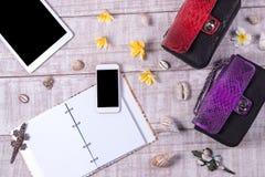 天花板精华在时尚博客作者反对 时尚Python snakeskin提包顶视图,智能手机,片剂 免版税图库摄影