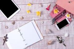 天花板精华在时尚博客作者反对 时尚Python snakeskin提包,智能手机,片剂顶视图  免版税库存图片
