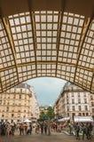 天花板结构和人购物中心入口的在巴黎 免版税库存照片