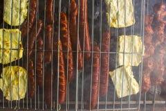 天花板香肠和halloumi乳酪在第一个BBQ 库存照片