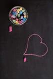 天花板黑板,白垩和心脏塑造图画 图库摄影