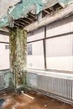 天花板崩溃了由于屋顶损伤 免版税库存图片