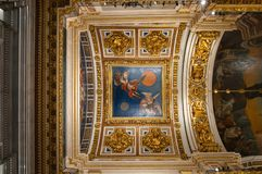 天花板ornated与装饰品和圣经的绘画在圣以撒大教堂内部在圣彼德堡,俄罗斯 免版税库存照片