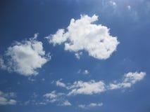 天蓝色和白色云彩 免版税库存照片