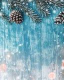 天蓝色木背景,海洋 冷杉绿色结构树 装饰锥体 Xmas和新年贺词的空间 免版税库存图片