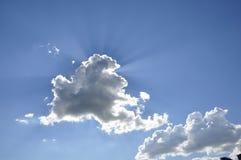天蓝色的天空,云彩,太阳光芒 免版税库存照片