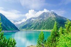天蓝色的山湖和高高山峰顶,奥地利 免版税库存照片