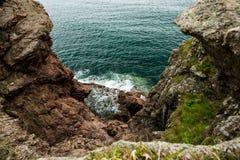 天蓝色的日本海和红色岩石 免版税库存照片