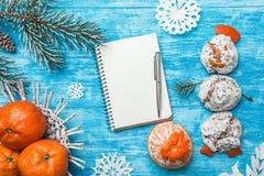 天蓝色的木背景 冷杉绿色结构树 从甜点的雪人 果子用普通话 空间圣诞节消息或新年 免版税库存图片