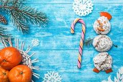 天蓝色的木背景 冷杉绿色结构树 从甜点的雪人 果子用普通话 空间圣诞节消息或新年 库存图片