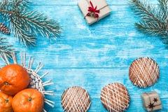 天蓝色的木背景 冷杉绿色结构树 果子用普通话和甜点 圣诞卡或新年 免版税库存照片