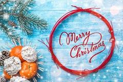 天蓝色的木背景 冷杉绿色结构树 果子用普通话和甜点 红色圈子圣诞节消息或新年 免版税库存图片