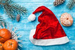 天蓝色的木背景 冷杉绿色结构树 果子用普通话 圣诞节贺卡和新年 免版税库存照片