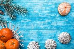 天蓝色的木背景 冷杉绿色结构树 甜点 果子用普通话 空间圣诞节消息或新年 庆祝口味  免版税库存照片