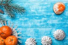 天蓝色的木背景 冷杉绿色结构树 甜点 果子用普通话 空间圣诞节消息或新年 免版税图库摄影