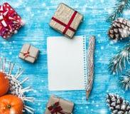 天蓝色的木背景 冷杉绿色结构树 装饰锥体 混杂礼物 果子用普通话 信函圣诞老人 免版税库存照片