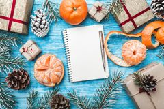 天蓝色的木背景 绿色冷杉分支,骗局 圣诞节贺卡和新年 信函圣诞老人 普通话 图库摄影