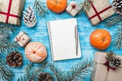 天蓝色的木背景 绿色冷杉分支,骗局 圣诞节贺卡和新年 信函圣诞老人 库存照片