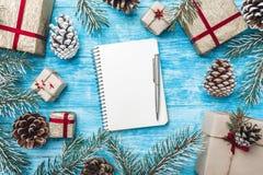 天蓝色的木背景 绿色冷杉分支,骗局 圣诞节贺卡和新年 信函圣诞老人 图库摄影