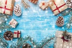 天蓝色的木背景 绿色冷杉分支,骗局 圣诞节贺卡和新年 圣诞老人` s消息的空间 免版税库存照片