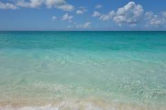 天蓝色的水和蓝天在雍容海湾在土耳其人和凯科斯靠岸 免版税库存图片
